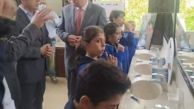 غسيل أسنان ونظافة فندقية للطلاب.. صورة تُثِير الجدل لوزير التربية السوري درام طباع