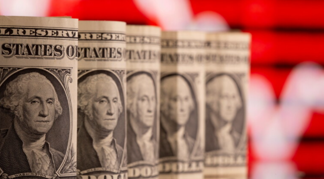 الدولار الأمريكي يسجّل أعلى مستوى له في أسبوع