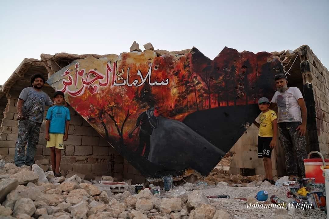 عزيز الأسمر فنان سوري يتضامن مع الجزائر بجدارية في إدلب المدمرة