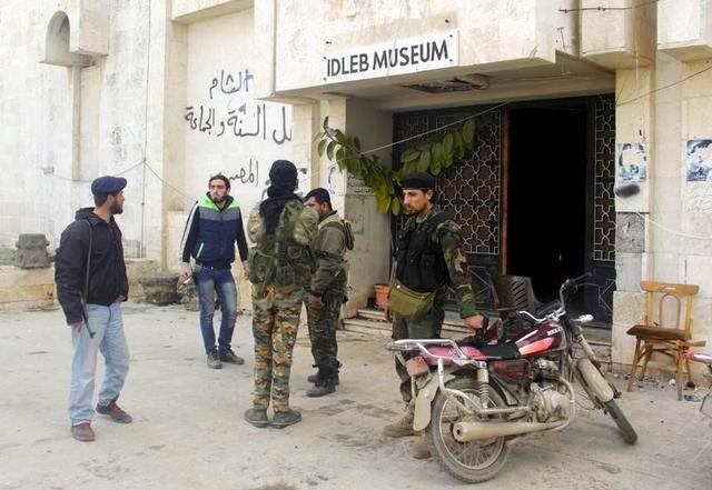"""مجموعة من """"الأوزبك"""" تقتحم متحف إدلب وتحطم التماثيل الموجودة داخله"""