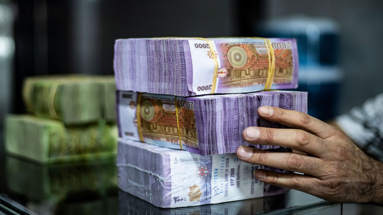 انخفاض جديد في قيمة الليرة السورية أمام الدولار الأمريكي