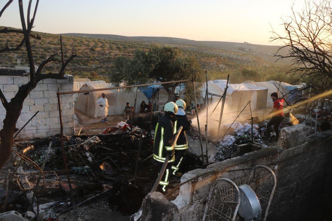 20 خيمة من خيام النازحين في إدلب تأكلها النيران