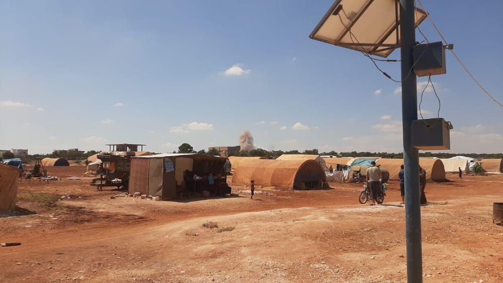 جرحى في غارات روسية على مخيم للنازحين شمال إدلب