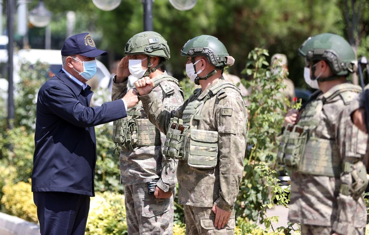 آكار يُجرِي جولة على الوحدات العسكرية المنتشرة على حدود سورية