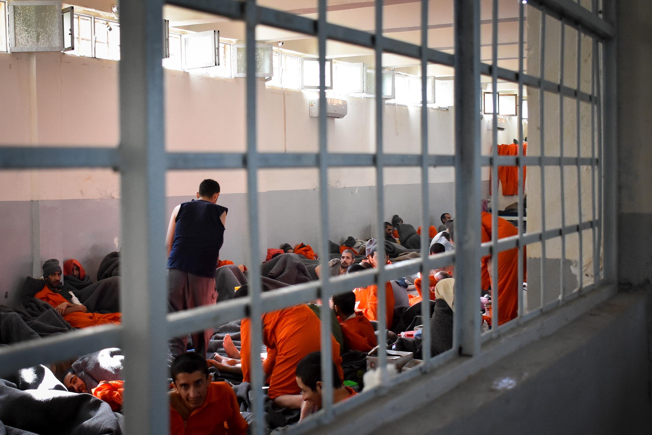 """تجار مخدرات وعناصر في تنظيم الدولة يفرّون من سجن لـ """"قسد"""" شرقي سوريا"""