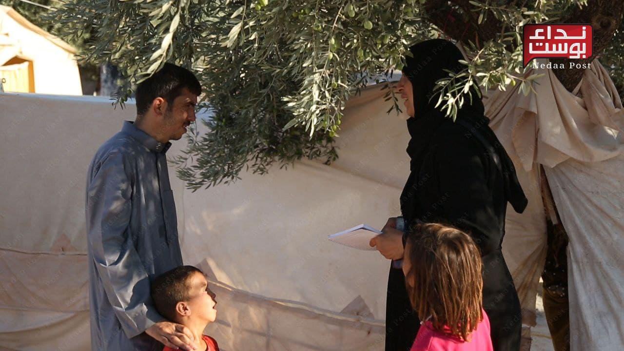 أمّ سليم.. سيدة سورية تدير مخيّماً للنازحين شمالي إدلب (صور)