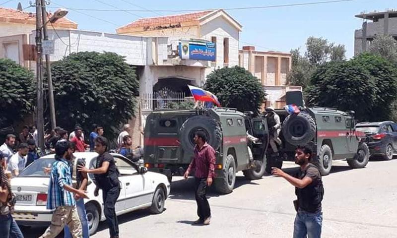 قوات الأسد تدخل برفقة الشرطة العسكرية الروسية إلى طفس بدرعا