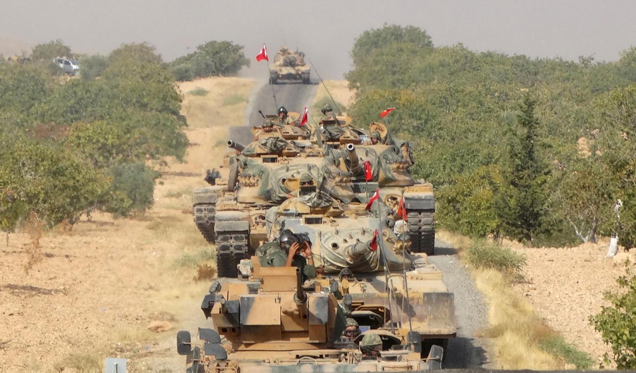 تركيا تزيد ثِقَلها العسكري في إدلب.. ما دِلالات ذلك ونتائجه؟